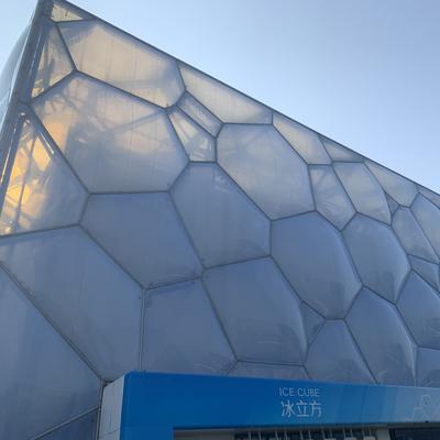 Die Bubble-Fassade der Schwimmhalle