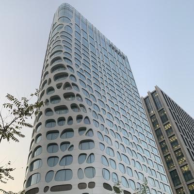 Die Fassade mit den runden Ausschnitten