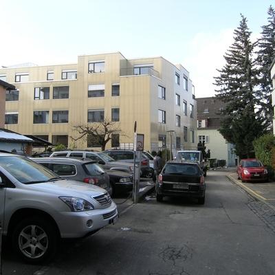 Blick vom Hof, Fassade aus Fiberglas