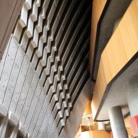 Offenes Foyer mit der Betonschale von Innen