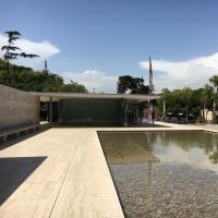 Das Wasserbecken vor dem Pavillion