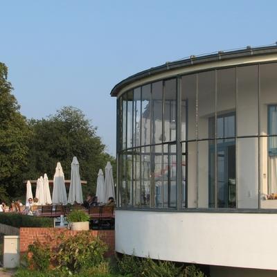 Blick von der Elbe auf das runde Restaurant
