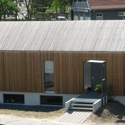 Dach und Fassade aus einer Haut von aufgestellten Dachlatten