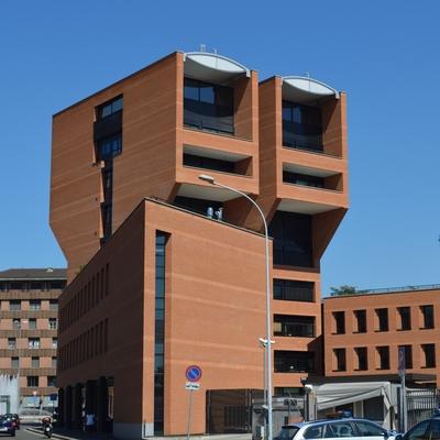 Der auffällige Turm zur Piazza San Lorenzo