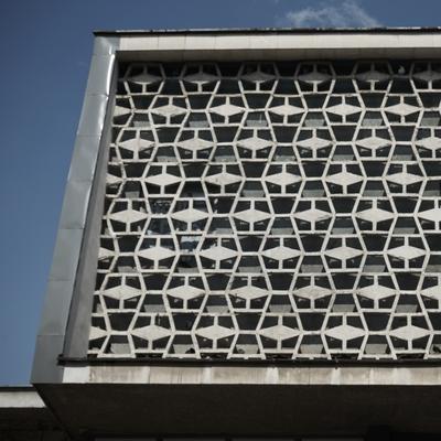 Detail der Fassade mit den verspringenden Elementen
