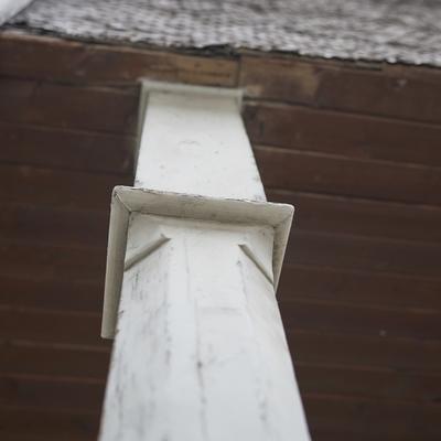 Detail Holzstütze und Holzfassade