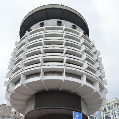 Der runde Hotelturm von unten