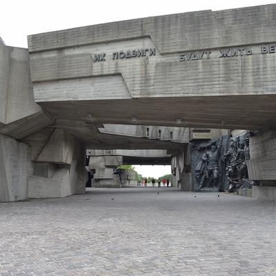 Blick durch die brutalistischen Betonmonumente