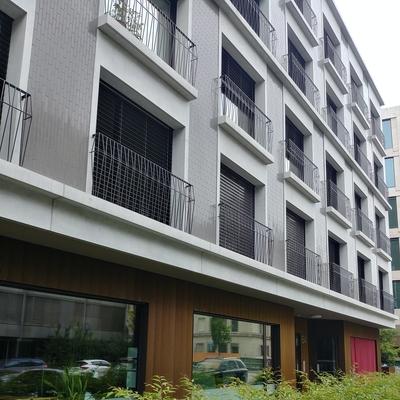 Sicht entlang der Fassade mit abgesetzem Erdgeschoss