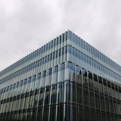 Die viel diskutierte gewölbte Glasfassade