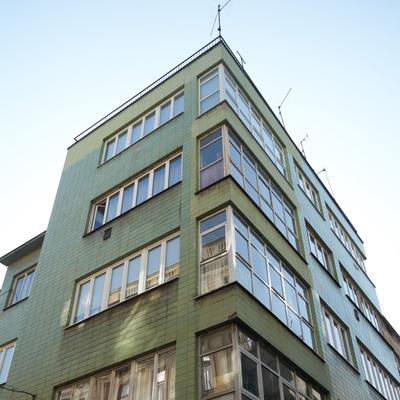 Das Eckgebäude mit den grünen Kacheln