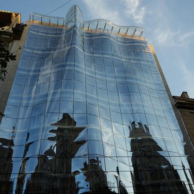 Die gewölbte Fassade die nach Wasser gestaltet wurde