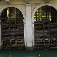 Die Stahltore mit Verzierungen in den Wasserbecken