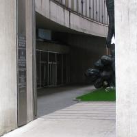 Blick in den Hof mit dem Denkmal