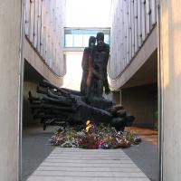 Blickzwischen den beiden Gebäudeteilen mit dem Denkmal und der Brücke des Museums im Hintergrund