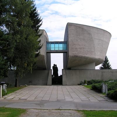 Blick auf die zwei Gebäudeteile mit einer Brücke verbunden