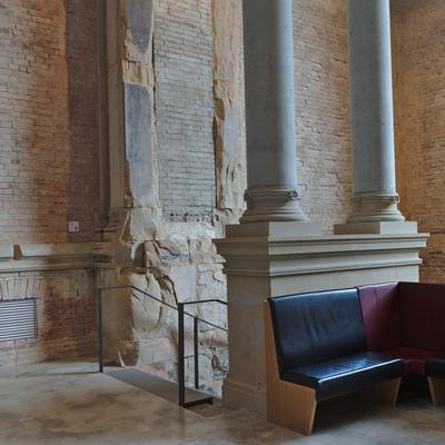Sitzecke und Treppe in das Untergeschoss im Altbau