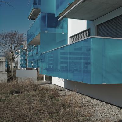 Blaue Plexiglasbrüstungen am Balkon