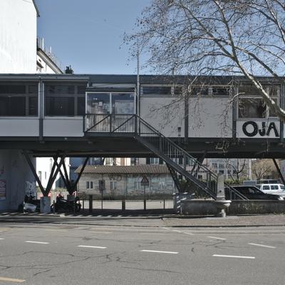 Das aufgeständerte Jugendzentrum über dem Parkplatz