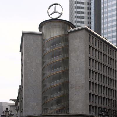 Eckhaus mit dem Daimler Stern auf dem Gebäude