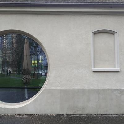 Rundes und vermauertes Fenster für den Umbau des Cafes